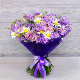 Букет роз с колокольчиками и ромашками